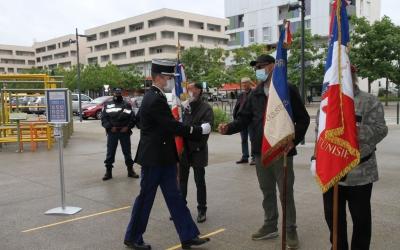 Salut de la Gendarmerie aux porte-drapeaux