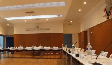 photo de la salle du conseil municipal préparée pour le conseil
